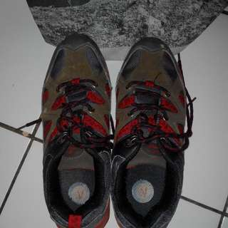 Sepatu gunung wanita merk snta size 40
