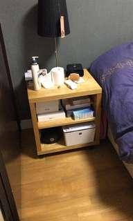 一對床頭櫃