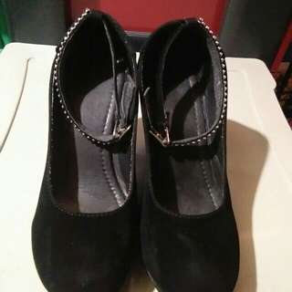Preloved shoes black