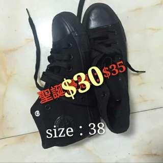 全黑帆布鞋