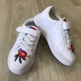 White floral embroidery kid shoes