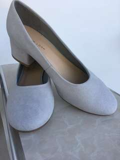 Low heel ladies shoes