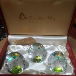 澳大利亞手工制水晶,福祿夀擺设。水晶完美98%,外盒80%新。燈光照射下七彩繽紛。