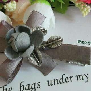 🚚 【壹柒柒巷】髮夾 流行飾品 灰色小花邊夾 鴨嘴夾 劉海夾 頭飾