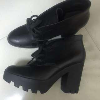 Calvin Klein全牛皮靴子