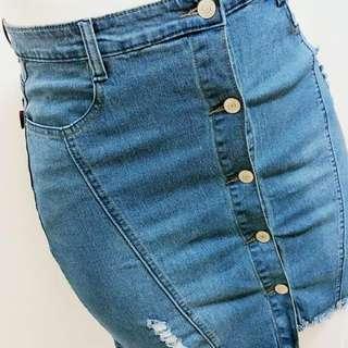 Plus size one row button denim skirt