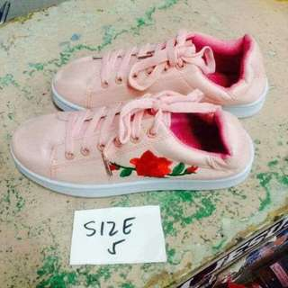 Shoes with rose design