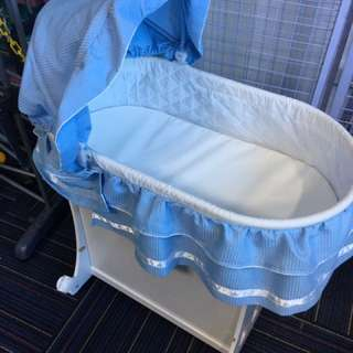 Sage waffles bassinet rocker bed ( display )