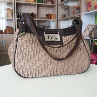 AUTHENTIC DIOR HANDBAG MADE IN ITALY TINGGI 18CM X LEBAR 27CM VERY GOOD CONDITION RM680 C.O.D USNASAPRELOVED http://www.wasap.my/60104550163