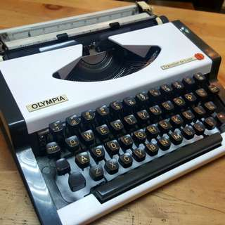 olympia traveller deluxe typewriter