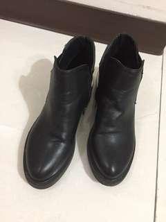 🚚 金屬平底粗跟短靴