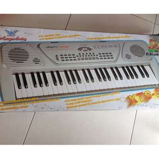 Free kids books :) 54 Keys Electronic Keyboard with 🎤 microphone 😊 (Power: Electricity or Batteries ) Condition: 9/10