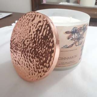 Bath and body works candle- cinnamon scent