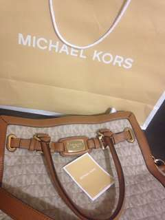 Authentic Michael kors brand new still have tags on original price $419 (in US dollar) bought in Us unwanted gift got paper bag etc brand new bargain price!