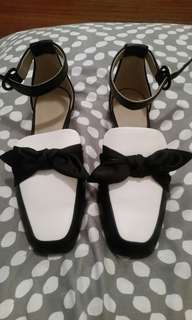 Flat bow contrast white size 7 brand new