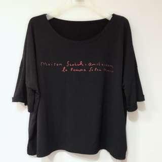 《瑕疵特賣》韓貨寬版反折袖滑料英文上衣 黑色