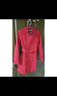 🚚 Knightsbridge 紅色修身風衣(衣服狀況良好) 代朋友轉售 朋友本身肩寬39-40,身高163,體重55,胸圍大概c,骨架比較大,穿起來肩膀合身,其他部位寬鬆。  售1800元