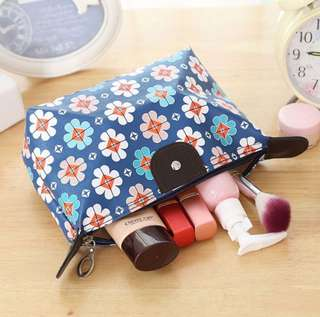 Travel cosmetic pouch