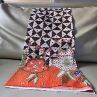 "Kain Batik ""Sogan"" Print Solo Motif Kepik Segitiga Hitam Putih Orange"