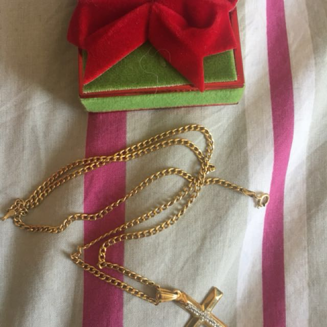 9k gold not filled 375 Italy gold chain and pendant price reduced need it gone moving out sale