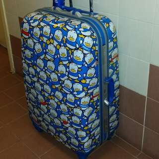 32 inch hugh luggage case, 20 inch wide, 11 inch deep, (security numbers can be used) , 4 wheels type, good condition, (No keys), trade in Tuen.Mun