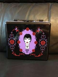 絕版 Anna Sui全新儲物罐/裝飾品,有手挽,值得收藏。注意:此產品的盒邊有些凹。可以先入數之後順豐到付