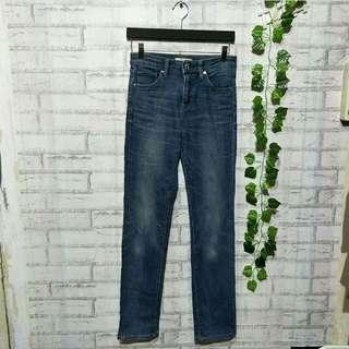 Jeans denim anak  brand UNIQLO   size lokal fit 27/28 (12 - 14th) Lingkar Pinggang 76cm  Panjang 101cm Lebar kaki 34cm Bahan melar /stretch  Rp.70ribu  Sapa cepat dia dapat😍