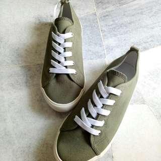 HM sneaker shoe