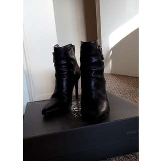 Size: 6 Vince Camuto black leather side zipper ankle boots