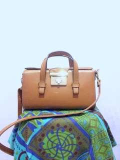 Elizabeth mini slingbag
