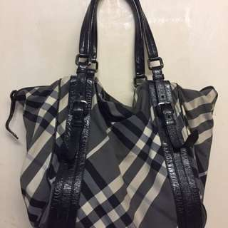 Authentic Burberry Bag in very good vondition