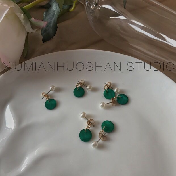 Pearl Earring with green round panel