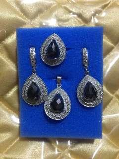 Set with pendant black diamonds