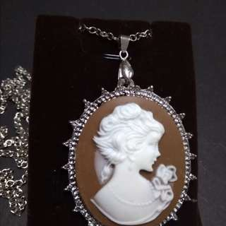 Cameo necklace in gold and silver settings
