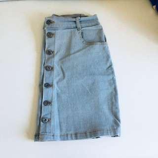 Button downed denim skirt