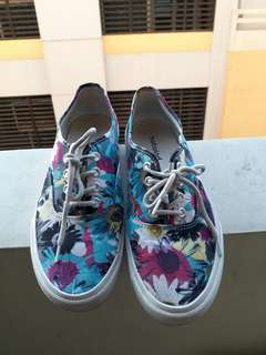 Floral sneaker-hotwind size 7-8 (REPRICED)
