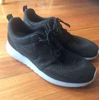 Nike Roche Run Sneaker Size 9.5