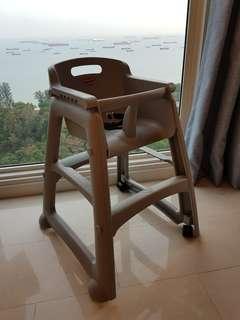 Rubbermaid feeding chair with wheels