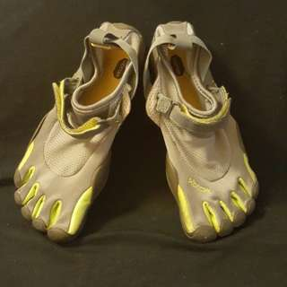 Shoes vibram for water sports or outdoors activities.