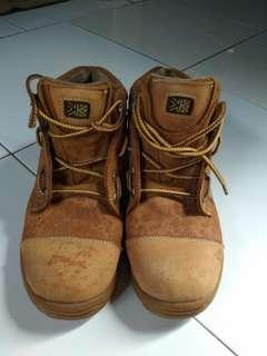 Sepatu gunung karrimor coklat