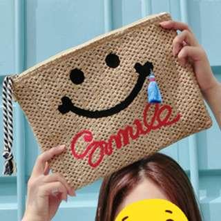 🚚 【TenBow】韓國笑臉手工藤編手拿包 藤編流蘇英文字母造型海邊沙灘夏日 現貨免運費-D1040149