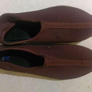 鞋子。八成新。尺寸過大少用。