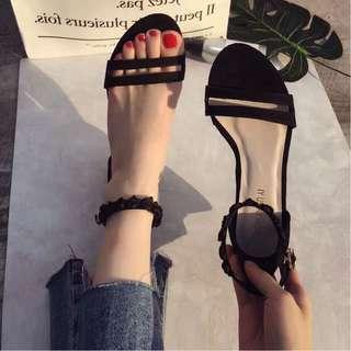 2018夏新款韓版玫瑰花一字式搭扣帶粗跟學院風黑色涼鞋女中跟百搭