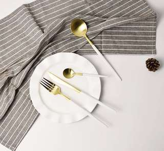 White & Gold Set cutlery comes in a set of 4