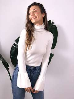 White knitted top with flare sleeve