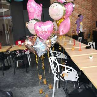 Helium foil balloon clusters