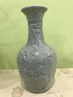 Vase with dragon decor