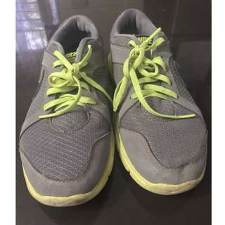Nike women's running shoes, original, size 5.5, just needs cleaning.