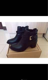 🚚 《大降價!》D+af 金屬質感釦環女靴 尺寸38號