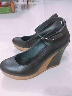 🚚 達芙妮-繞踝楔型鞋(近全新跟約9公分)